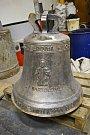 Nový zvon pro komařický zámek na sobě nese reliéfy sv. Bartoloměje, jemuž byl zasvěcen místní kostel, na jehož místě nyní stojí kaplička sv. Bernarda, a nápis Aby lidé měli k sobě blíž.