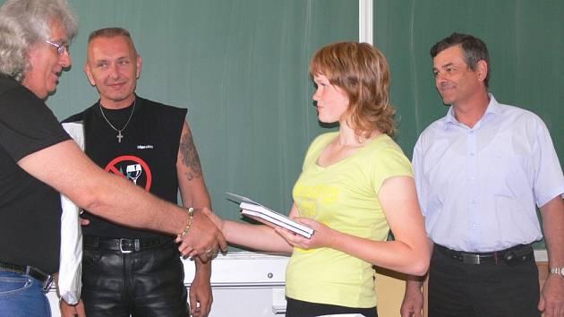 Jedna z pětice malých hrdinů, Lenka Trousilová, přijímá ocenění od Miloše Vaněčka, který v lišovské škole před lety vedl Malou policejní akademii.