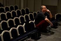 Martin Glaser, šéf činohry Jihočeského divadla, zůstává zatím na jihu. Konkurs na místo ředitele Divadla Na zábradlí, kam se hlásil, vyhrál Petr Štěsdoň, šéf brněnské Reduty.