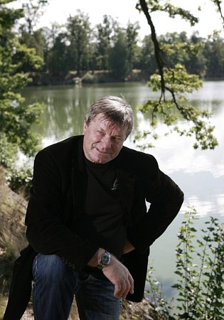 Miroslav Hule, spisovatel žijící vTřeboni, napsal Povídky orybách a lidech. Na snímku utřeboňského rybníka Svět.