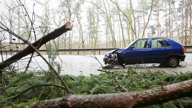Spadlému stromu na silnici u Neznašova se včera ráno snažilo vyhnout audi s přívěsem a srazilo se s protijedoucí felicií.  Kolize se obešla bez zranění.