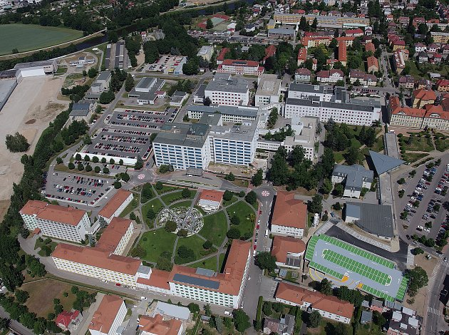 Necelý rok trvala stavba nového dvoupodlažního parkoviště učeskobudějovické nemocnice. Parkovat vněm bude možné od 1.července.Foto: archiv Nemocnice České Budějovice, a. s.