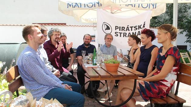 V první osmičce kandidátů mají Piráti tři ženy.