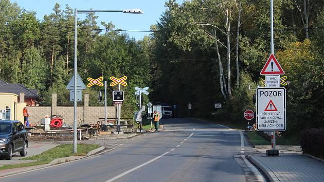Úterý 28. 9. dopoledne na uzavírce ve Včelné a objízdných trasách. Na snímku výjezd z Kamenného Újezdu na Budějovice.
