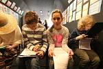 V protidrogovém vlaku prochází děti a s nimi i dospělí barem, kde si mladí lidé často dávají první cigaretu, sklenku alkoholu i další drogy. Projdou  dopravní nehodou pod vlivem návykových látek, vězením, výslechovou místností, lékařskou ordinací či feťác