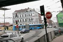 Frekventovaná křižovatka ulic Nádražní a Rudolfovská.