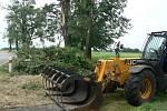 V noci na čtvrtek 24. 6. 2021 způsobila velké škody na Českobudějovicku další ze série bouřek. Na snímku odklízení padlých stromů ze silnice mezi Nákřím a Dřítní.