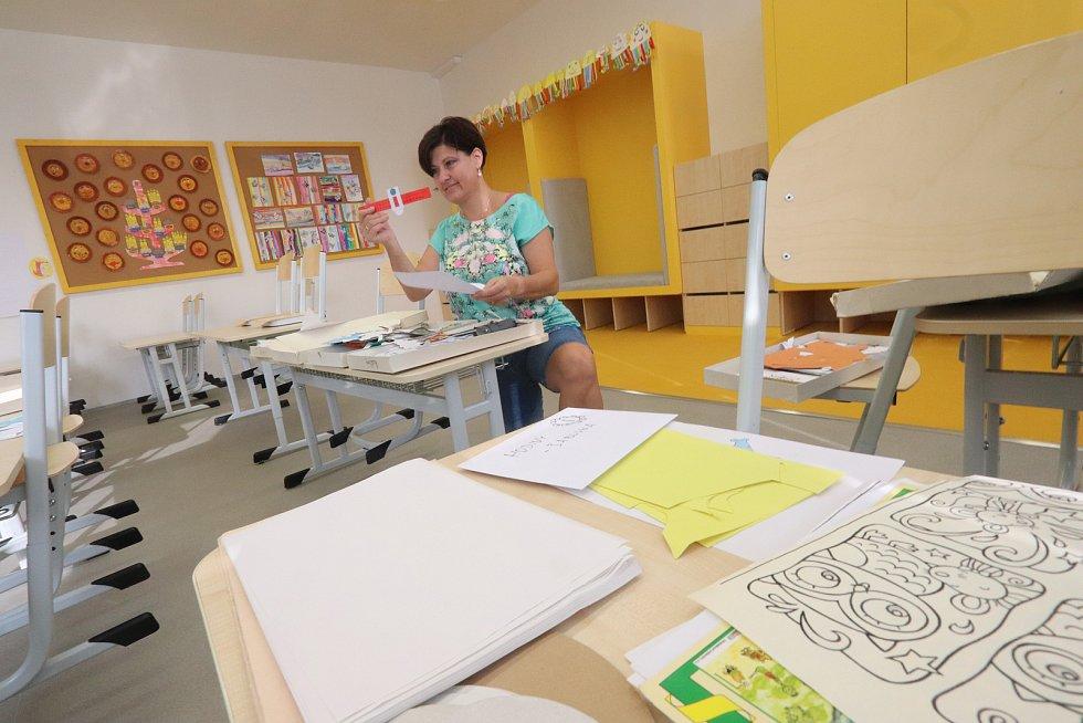 Prázdné učebny je třeba náležitě vyzdobit. Děti ocení obrázky a výrobky, ale i studijní pomůcky. Snímek je ze ZŠ Emy Destinové v Českých Budějovicích.