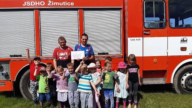 Děti strávily den s dobrovolnými hasiči.