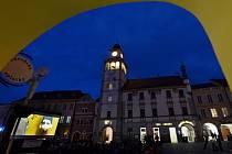 Třeboň zvítězila. Po čtyřletém soupeření se festivaly Anifilm a AniFest dohodly. Příští rok bude je jen jeden festival, v Třeboni. Snímek je z letošního třeboňského Anifilmu, večerní promítání na Masarykově náměstí.