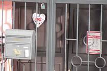 Satan svou nelegální činnost maskoval několika druhy podnikání. Na snímcích noční klub v Horní Vltavici i zavřený pneuservis ve Vimperku.