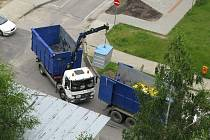 Pracovníci společnosti .A.S.A. v pátek odváželi kontejnery z ulic českobudějovického sídliště Máj.