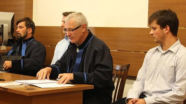 Obžalovaní Dalibor A. (druhý zleva, v zákrytu za obhájcem Janem Tarabou) a Lukáš M. (zcela napravo) se zpovídají u soudu z útoku na bývalého budějovického primátora Juraje Thomu.