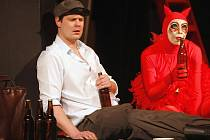 Premiéru hry Vajgl uvede ve čtvrtek Jihočeské divadlo v Českých Budějovicích. Jan Jirků ji napsal na motivy zinscenovaného procesu borského povstání z 50. let. Na snímku Ondřej Veselý jako Brabec a Lenka Krčková jako Čert.