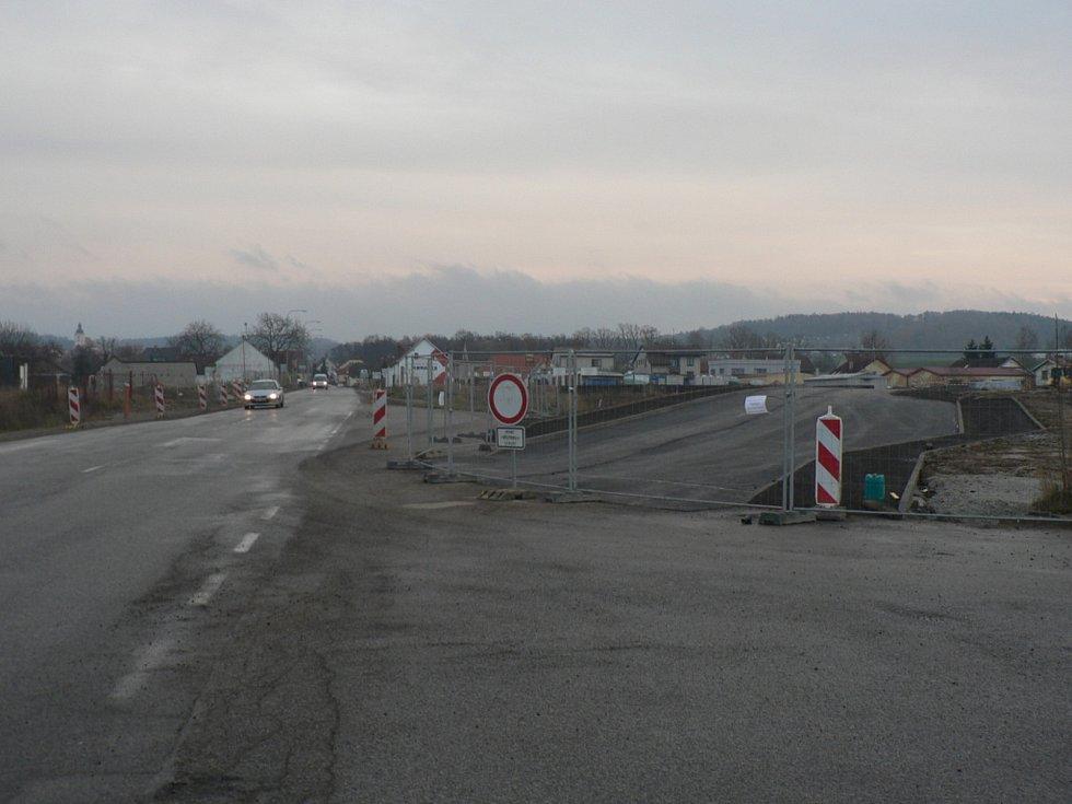 Kvůli stavbě mostu mezi Českými Budějovicemi a Vrátem nad budoucí dálnicí D3 už vznikla objízdná komunikace vedle Rudolfovské ulice.