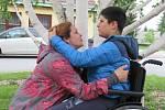 Halina Okuněva z Českých Budějovic miluje svého syna Daniela tak, že se mu věnuje každý den. Zvládá náročné cvičení i péči, nyní chce s pomocí sbírky Nadace pomoci Znesnáze21 pořídit tandemový bicykl.
