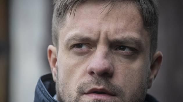 Jiří Mádl jako detektiv Petr v seriálu Sever.