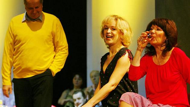 Věra Hlaváčková a Jiří Šesták z Jihočeského divadla dostali role v novém filmu Jana Hřebejka Nevinnost. Oslovili ho hrou Očištění (na snímku). Hlaváčková hraje ve filmu zdravotní sestru, Šesták gynekologa, který vyšetří Ondřeje Vetchého.