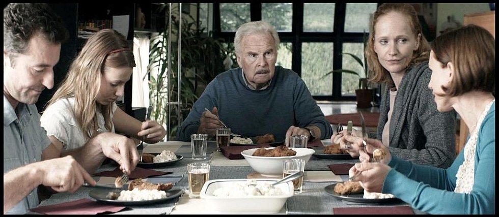 Luděk Munzar (na snímku uprostřed) se v Hřebejkově filmu vrací na plátna po bezmála 25 let dlouhé pauze. Naposledy se objevil ve filmu Františka Vláčila Mág.