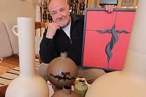 Rodák z Mladého Karel Příhoda prožil v žáru keramických pecí desítky let. Nyní si k osmdesátinám, jež oslaví 12. února, vydal sbírku básní s fotkami skleněných plastik Jana Gabrhela.