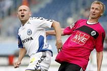 Peter Černák (vpravo) bojuje s libereckým Jiřím Štajnerem: na podzim hrálo Dynamo s Libercem doma 0:0, jak to bude v sobotu na severu Čech?