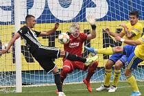 Tři body naposledy fotbalisté Dynama uhráli v 8. kole doma se Zlínem (na snímku Ivan Schranz před zlínským gólmanem Dostálem), uspějí i v neděli s Bohemians?