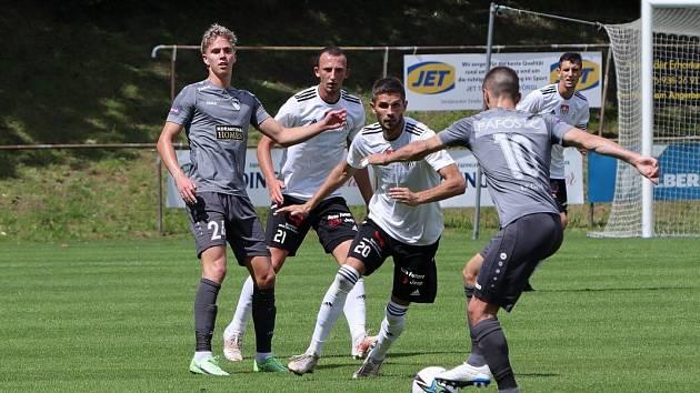 Fotbalisté Dynama prohráli na soustředění v Rakousku s kyperským FC Pafos 0:1 (na snímku v akci Valenta a Javorek).