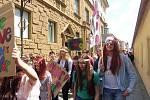 Budějovický majáles vyvrcholil v pátek 24. května tradičním průvodem městem. Studenti ze 17 škol prošli ulicemi centra v maskách. Dav mířil na Sokolský ostrov, kde program pokračoval volbou Krále majálesu. Navečer se zde tradičně koná hudební program.