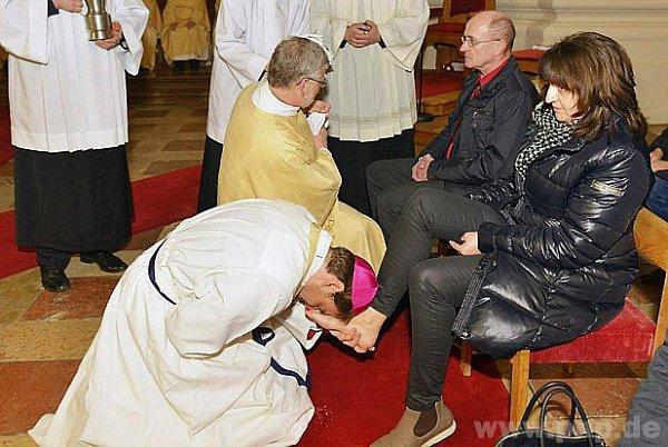 Nohy myje pasovský biskup Stefan Oster.