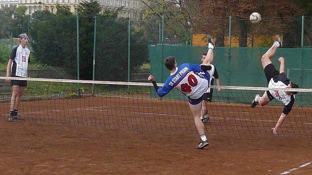 Musil proráží obranu Startu Praha akrobatickým  a drtivým útokem.