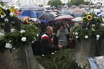 Město Týn nad Vltavou na Českobudějovicku se po 68 letech znovu dočkalo dvou zvonů. Nové zvony pořídilo město u pasovské zvonařské firmy Perner a v pondělí večer je nechalo přivést na náměstí, aby v úterý na sv. Václava byly vysvěceny a pověšeny do věže m