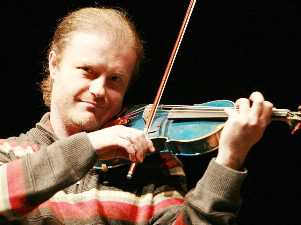 Jihočeský rodák Pavel Šporcl (40) je dnes velkou hvězdou vážné hudby. Jeho úspěch se odráží i na frekvenci vydávaných desek, letos má už dvě.