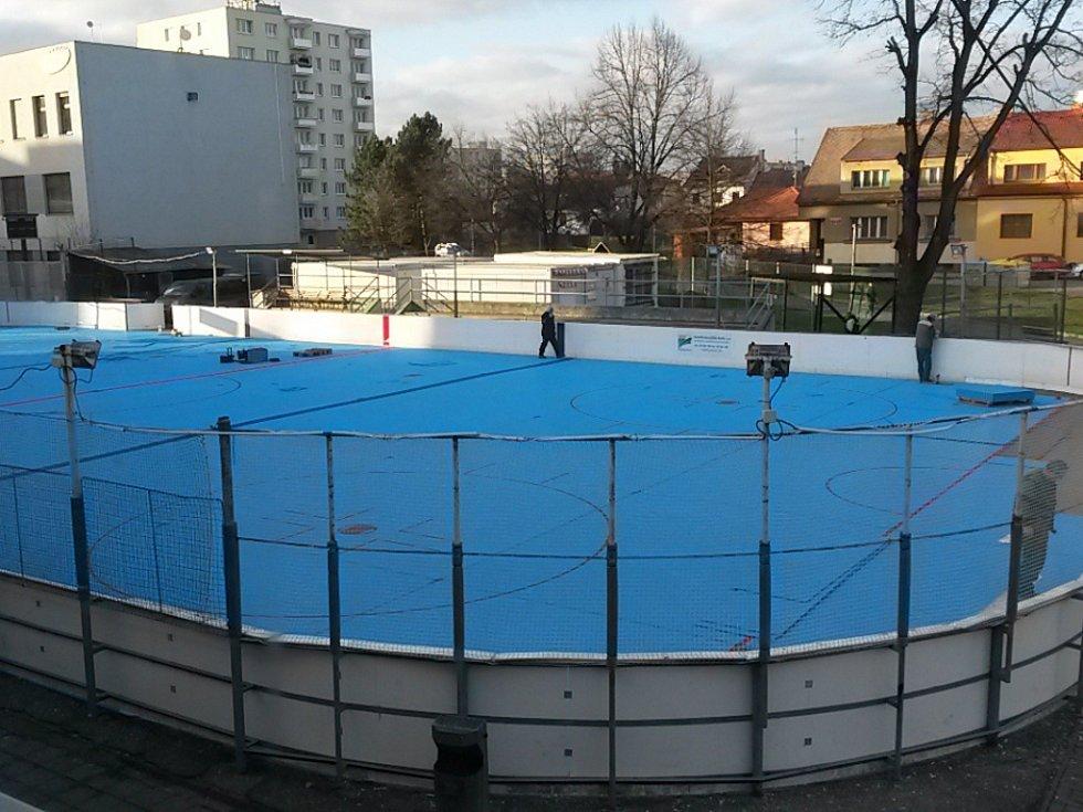Hokejbalové hřiště na Pedagogu má nový umělý povrch.