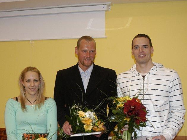 Trojice nejlepších českých plavců za uplynulý rok na slavnostním vyhlášení v českobudějovickém hotelu Gomel. Zprava třetí Petra Chcocová, druhý Květoslav Svoboda a vítěz Martin Verner.