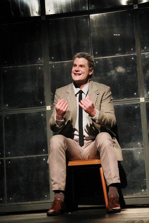 Po sedmi letech od premiéry Tlustého prasete uvádí Jihočeské divadlo další hru Neila LaButa. V tragikomedii Pravé poledne zachrání hlavního hrdinu (Ondřej Veselý) bůh před smrtí. Premiéra je 8. března.