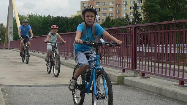 Bezpečí před auty poskytují přibývající cyklostezky. Oblíbená trasa z krajského města do Hluboké nad Vltavou začíná u lávky na sídliště Vltava (na snímku). Ilustrační foto.