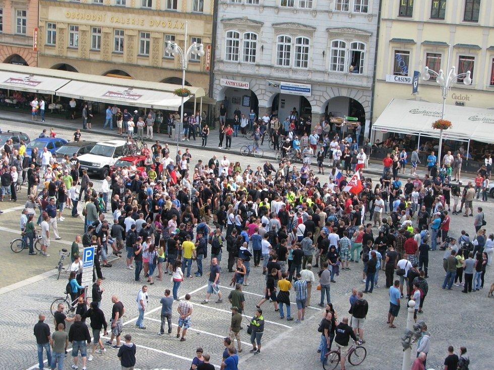 Skupina protestujících se vydala směrem k sídlišti Máj