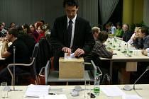 Ani tři kola tajné volby nepomohly k tomu, aby měla Jihočeská univerzita nového rektora. Na snímku hlasuje předseda Akademického senátu Michal Bauer