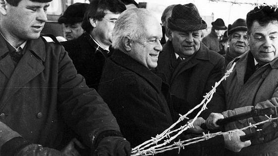 Hejtman Ratzenböck uprostřed při stříhání drátů 1989.