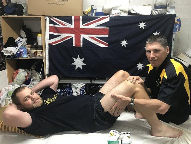 Petr Cirkl masíruje v kabině australského národního týmu Josefa Rezka.