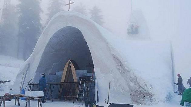 Práce na kostelíku vrcholily.