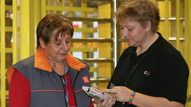 Členka ostrahy Marika Kohoutková (vpravo) vyzývá pracovnici vstupující do elektrárny k dechové zkoušce. Tato kontrola byla negativní, stejně jako drtivá většina ostatních.