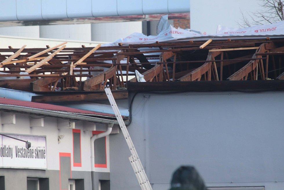 Utržená střecha skladu firmy Šropatex v Budějovicích.