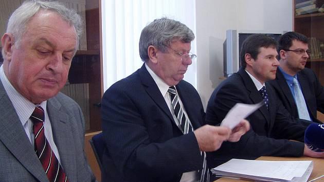 Zleva státní zástupce Barnabáš Liška, Petr Dušek a Marek Belko z Policejního ředitelství.