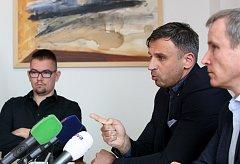Z tiskové konference Jiřího Zimoly k výstavbě rekreačních domů Lipno - Slupečná. Na snímku zleva Martin Bláha, Jiří Zimola a Jaromír Slíva