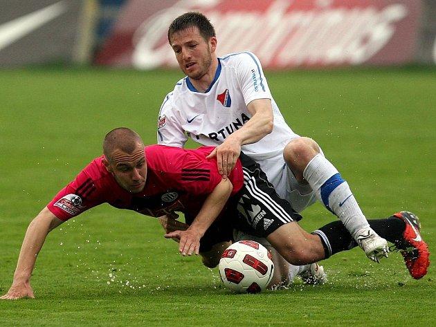 Tomáš Stráský padá po zákroku ostravského Tomáše Marka.