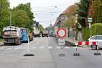 Uzávěrka Mánesovy ulice komplikuje dopravu v Českých Budějovicích.