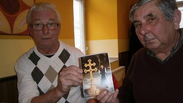 Bratranci Jan Švarc (vlevo) a Jan Švanda uchovávají fotografii svého strýce P. Xavera Švandy.