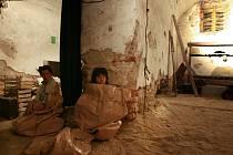 Divadlo Continuo hraje letos v létě ve sklepích píseckého kulturního prostoru Sladovna. Okouzlí hlavně formou.