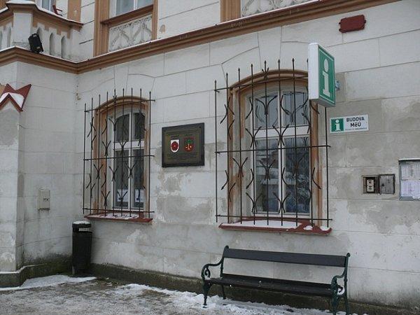 Maskérnu pro tento televizní snímek si filmový štáb zřídil vJistebnici vpřízemí této budovy, kde se dnes nachází městský úřad.
